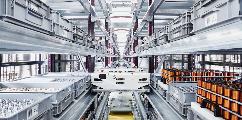 Automatische Fabriksstrasse mit verschiedenen Bauteilen in der Firma MSG
